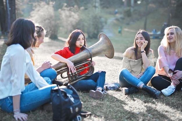 Друзья в лагере играют под музыку Premium Фотографии