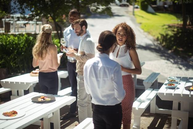 レストランでワインを飲みながら交流する友達