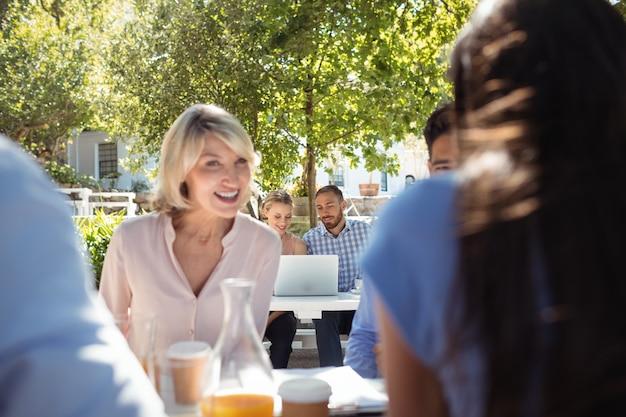 Друзья общаются друг с другом в ресторане