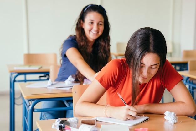 Amici scherzando durante la classe