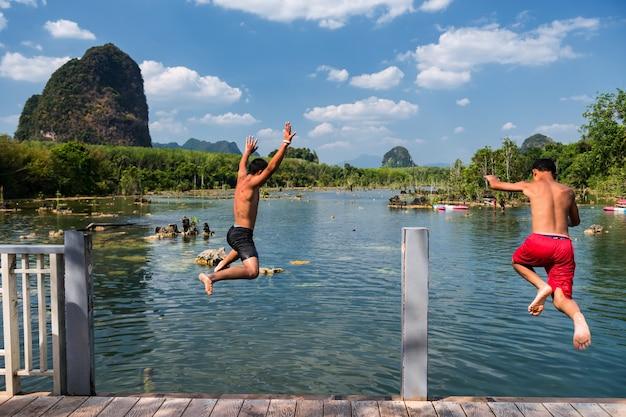 タイの湖でジャンプする友達