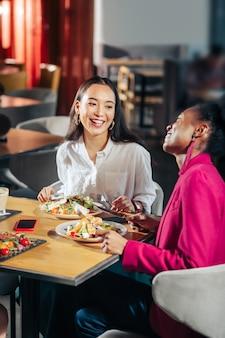 笑う友達 レストランでコミュニケーションしながら笑う陽気な最高の友達