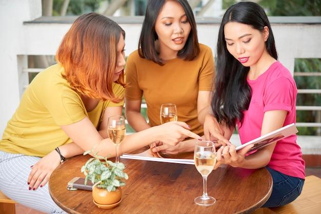 Друзья смотрят фото в фотоальбоме