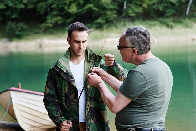 友達が釣りの準備をする