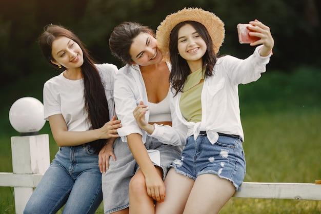 Друзья делают селфи. девушка в шляпе. женщина в белой футболке.