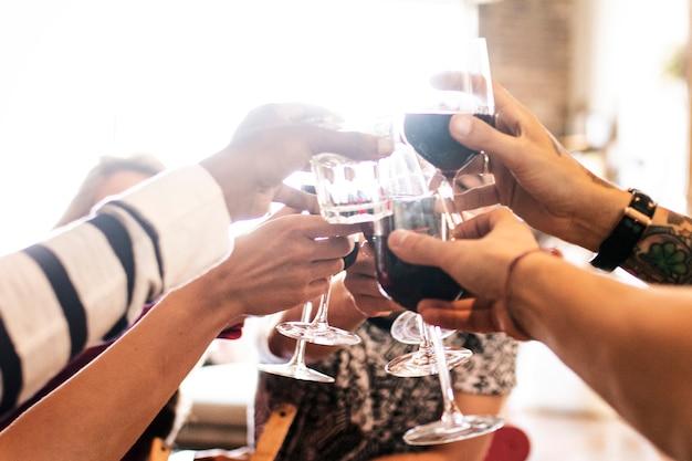 ディナーパーティーで乾杯する友達