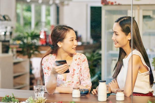 Встреча друзей в кафе