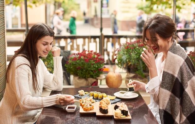동양 레스토랑에서 만나고 저녁 식사를 즐기는 친구.