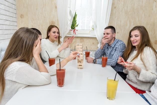友達がカフェで会ってジェンガゲームで遊んだ