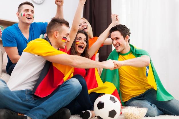 Друзья разных народов поддерживают футбольную команду