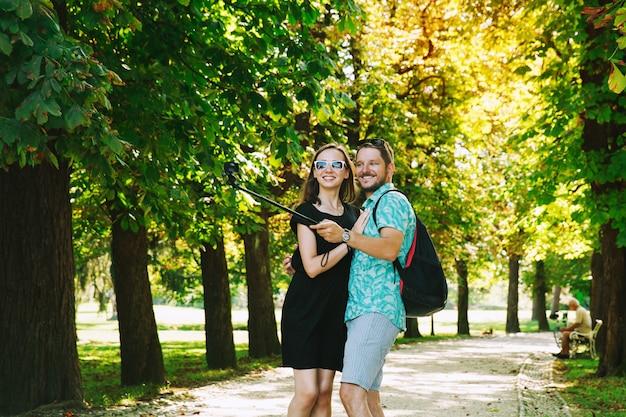 슬로베니아 류블랴나 공원에서 모션 카메라로 셀카 사진을 찍는 친구 또는 연인
