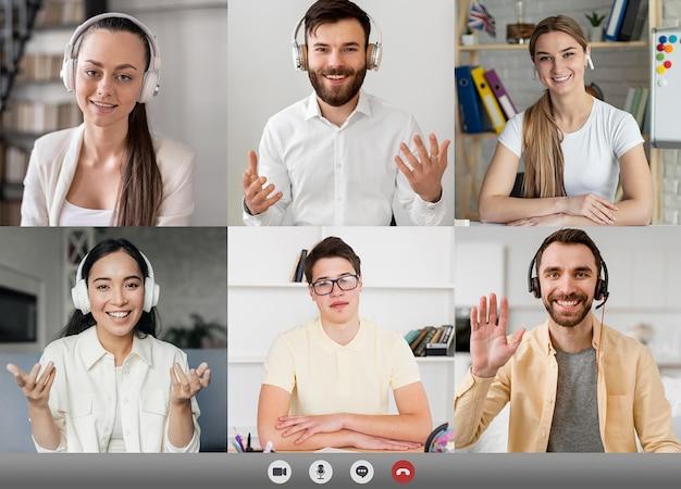 追いつくためにビデオ通話をしている友人や家族