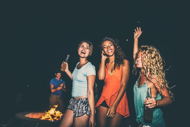 ビーチでパーティーの友人