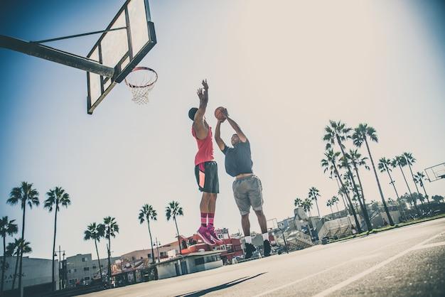 Друзья играют в баскетбол