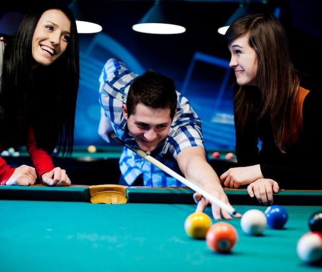 Amici che giocano a biliardo