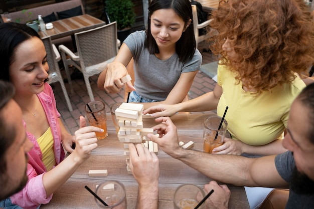 Друзья играют в игру за столом крупным планом
