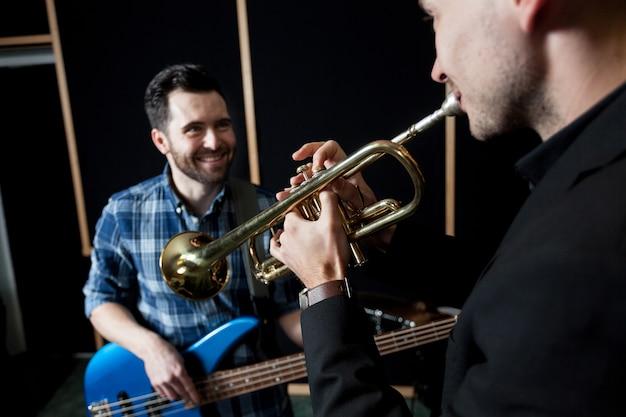 Amici che giocano strumenti musicali