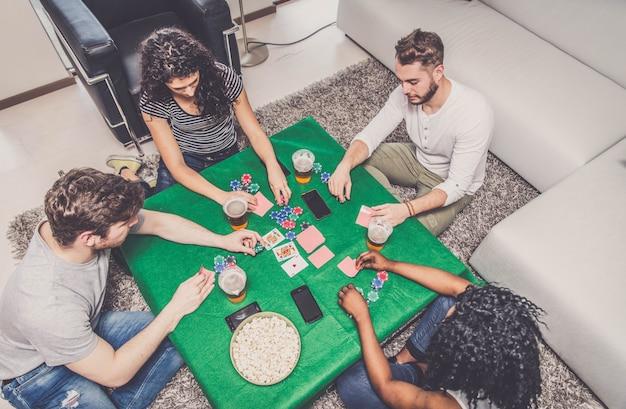 ポーカーをする友達