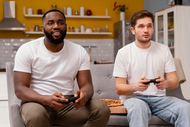 テレビでビデオゲームをしている友達