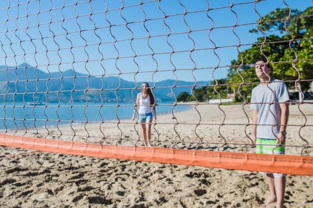 Друзья играют в зал на райском пляже
