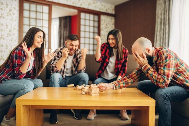 Друзья играют в дженгу дома