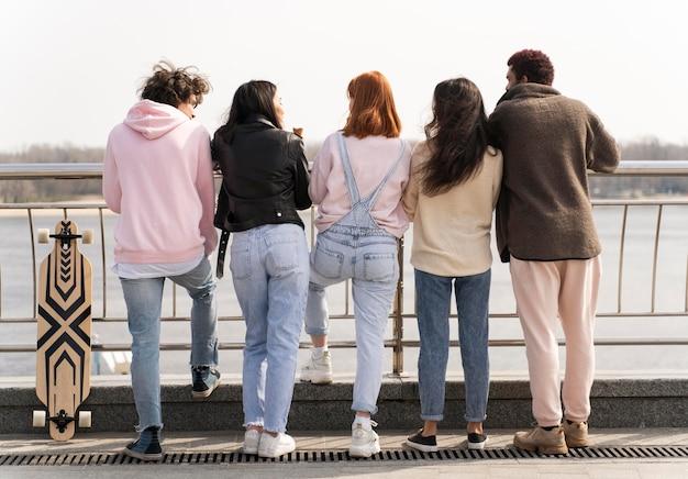 Amici che propongono insieme vista posteriore