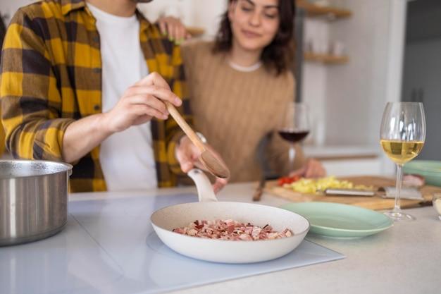 キッチンで食事を準備している友達