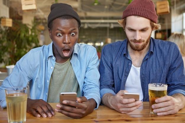 Amici in un pub che si divertono