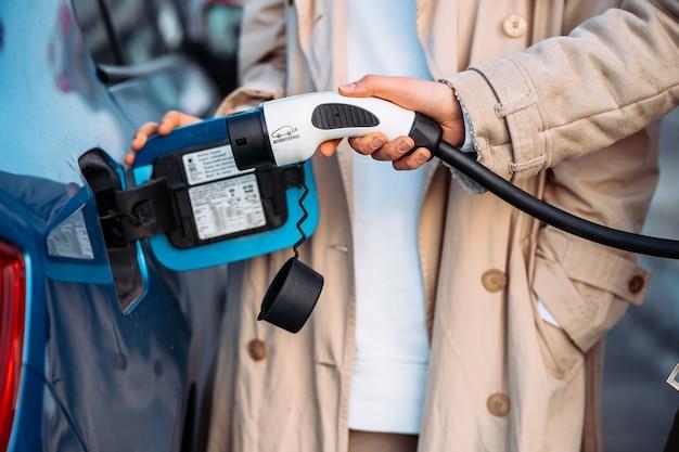 友達はガソリンスタンドで車に燃料を補給します。ビューを閉じます。友達の休日旅行