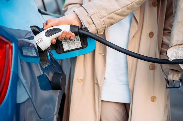 友達はガソリンスタンドで車に燃料を補給します。