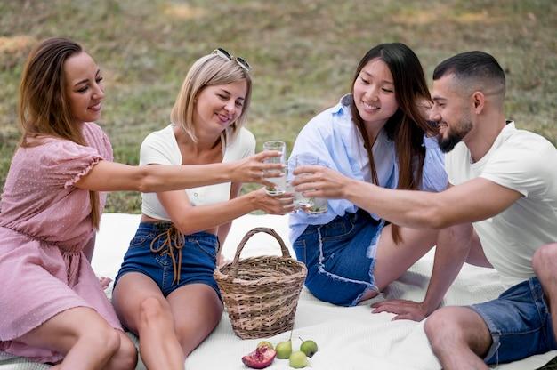 Amici che si rilassano dopo una pandemia all'esterno