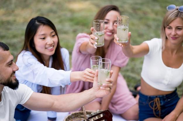 Друзья отдыхают после пандемии со стаканом лимонада