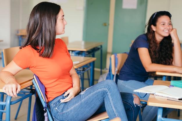 Amici che si distendono in classe