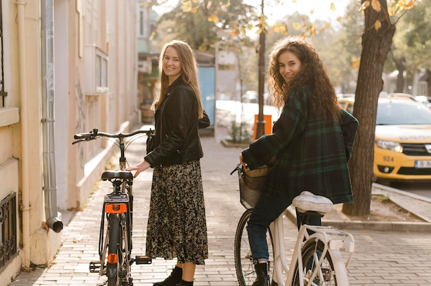 Друзья катаются на велосипедах по городу