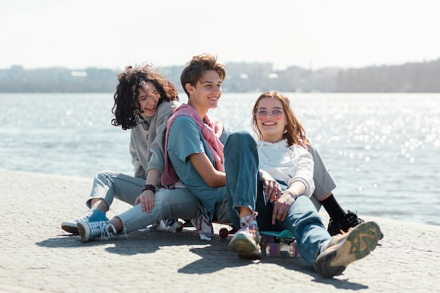 Amici in riva al mare a pieno colpo