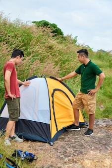 テントを設置する友人