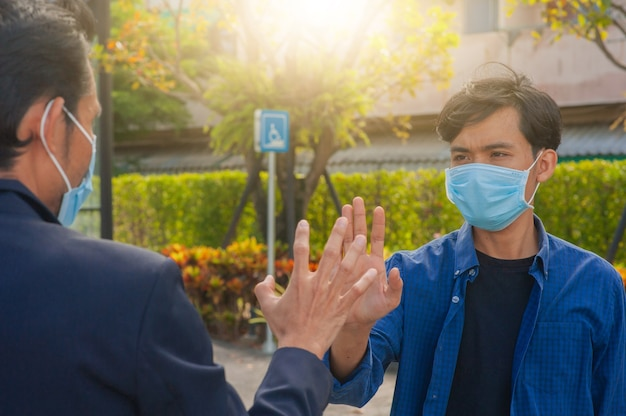 友達はコロナウイルスcovid19を防ぐために新しい通常の手肘を振る