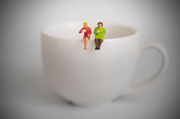コーヒーをすすりながら友達。一緒にコーヒーをすすりながら2人の女性