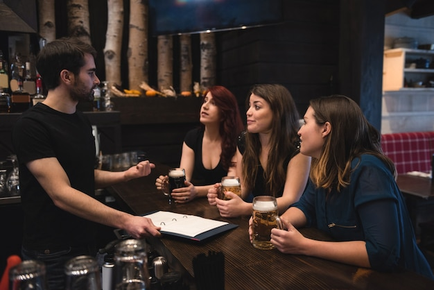 Друзья, сидящие за барной стойкой
