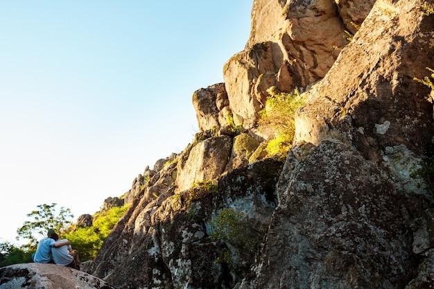 친구 협곡에 바위에 앉아 수용