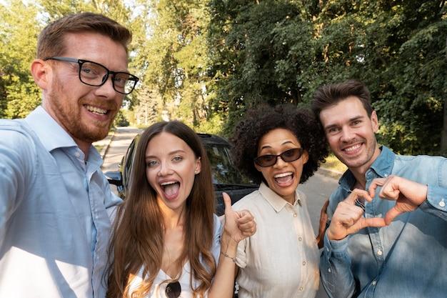 Amici che trascorrono del tempo insieme all'aperto e si fanno selfie