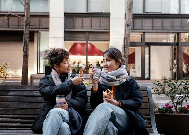 屋外で一緒に時間を過ごす友達