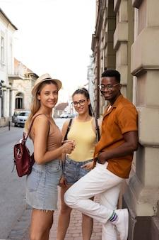 Друзья проводят время вместе на улице летом