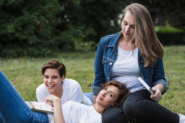 Друзья проводят выходные в парке Бесплатные Фотографии