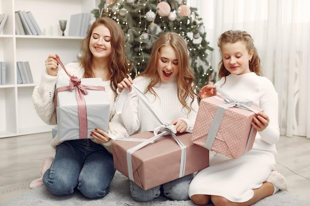 친구들은 집에서 시간을 보냈습니다. 크리스마스 선물을 가진 두 여자입니다. 함께 자매.
