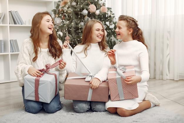 Gli amici trascorrevano del tempo a casa. due ragazze con un regalo di natale. sorelle insieme.