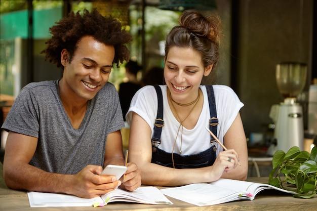 Друзья учатся вместе в кафе