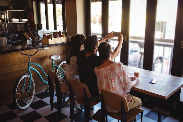 Друзья, делающие селфи на мобильном телефоне