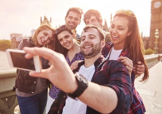 Друзья фотографируются со знаменитым биг беном