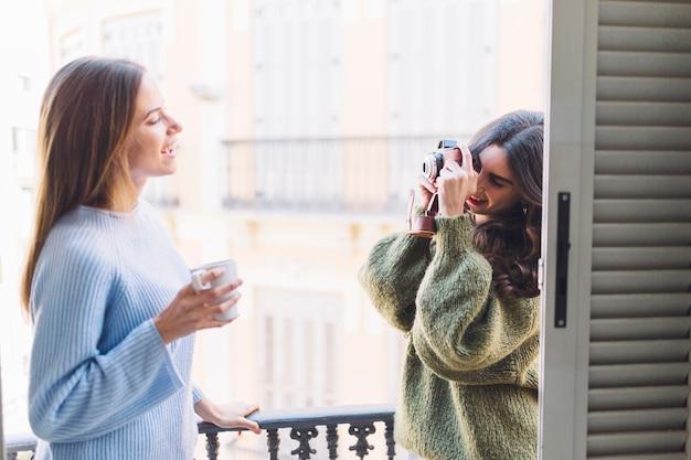 Друзья фотографируются на балконе
